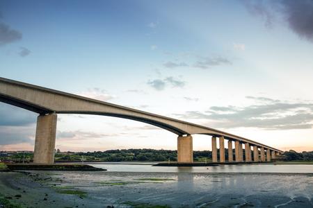 近くサフォーク、イングランドのイプスウィッチ オーウェル川に架かる大きな橋 写真素材