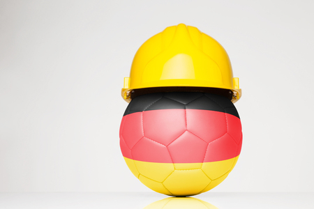 サッカー サッカーの上に重ねドイツ国旗とハード帽子をかぶって