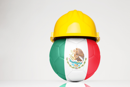 サッカー サッカーの上に重ね、メキシコの国旗をハード帽子をかぶって