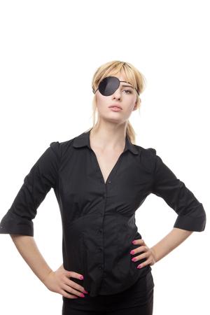 blonde Geschäftsfrau in einem Hemd, das eine Augenklappe trägt