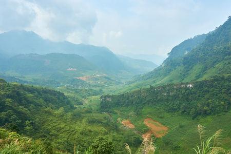 Berglandschaft im Norden Vietnams. Schöne Aussicht auf die Ha Giang Schleife im Norden Vietnams. Motorradreise