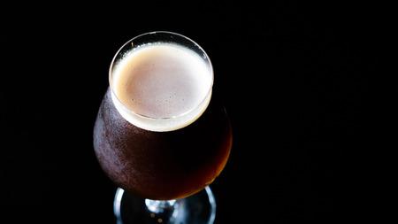 Cerveza belga dubbel, dubbel es una cerveza belga. Aroma a malta, alcohólico suave, fruta oscura, color ámbar oscuro. Foto de archivo