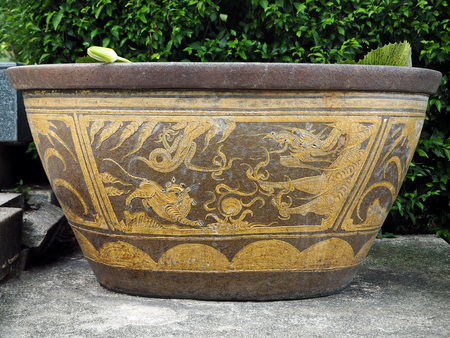 Large Chinese Antique Ceramic Pot Isolated in the City Park Foto de archivo