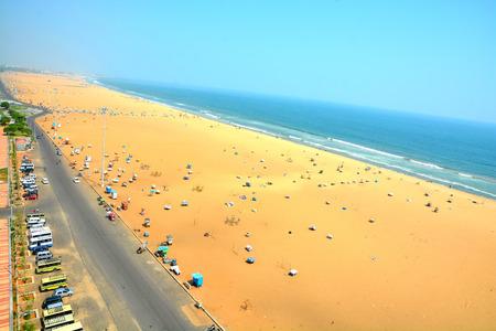 インド、チェンナイ市のマリーナ ビーチ。チェンナイで人気の観光スポットの一つです。それは湾のベンガルの海岸に沿って位置していますインド 写真素材