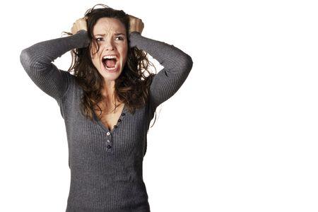 Une femme frustrée et en colère est criant à haute voix et tirant ses cheveux.