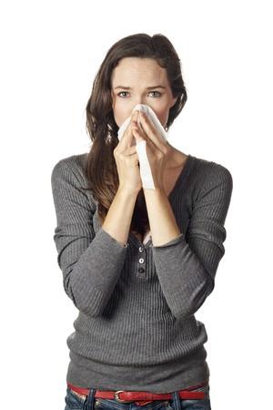 allerg�nes: Une femme avec une froide ou une allergie essuyage ou soufflant son nez. Banque d'images