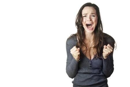 fille triste: Une image forte d'une femme tr�s en col�re et �motionnel pleurs et des cris. Isol� sur blanc.