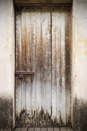 puertas antiguas: Un viejo cerr� la puerta de madera r�stica con un bloqueo oxidado