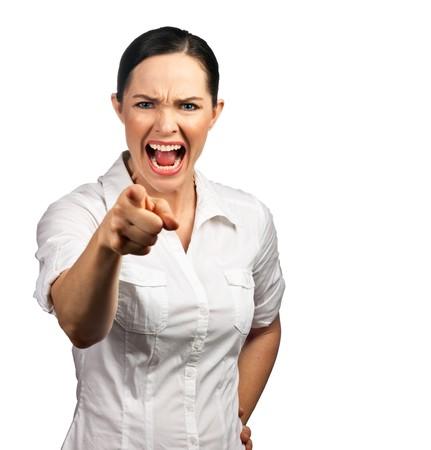 Un portrait d'une femme isolée d'affaires en colère ou le patron crier et pointant son doigt