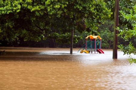 Zona de juegos para niños bajo el agua después de fuertes lluvias e inundaciones en Australia Queensland