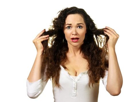 portrait isolé d'une belle jeune femme ayant un mauvais jour de cheveux