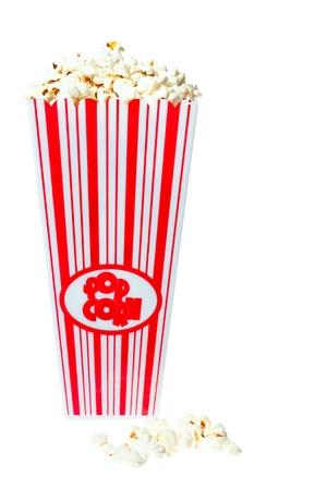 d�bord�: Popcorn baignoire d�bordant de d�licieux pop-corn. Isol� sur blanc