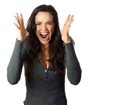 Una mujer muy frustrado y enojado gritando. Aislado en blanco.