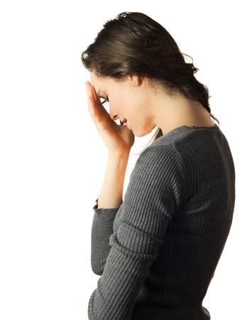 persona deprimida: Una mujer muy triste y deprimida llorando y ocultando su rostro entre las manos
