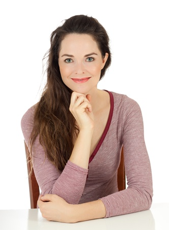 confianza: Retrato de una mujer atractiva relajada sentado en una mesa