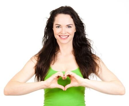 corazon en la mano: Hermosa mujer joven haciendo un coraz�n enamorado de las manos aisladas en blanco