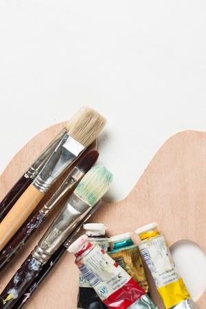 pallette: Peintures à l'huile et pinceaux sur une toile vierge Banque d'images