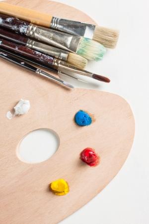 pallette: Pinceaux et de peinture sur une palette Banque d'images