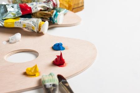 pallette: Tubes peinture � l'huile, pinceaux et de peinture sur une palette