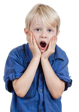 ni�os malos: Un ni�o en shock y sorprendida joven mirando a la c�mara. Aislado en blanco. Foto de archivo