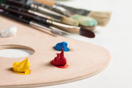 pallette: Peinture � l'huile et pinceaux sur une palette assis sur une toile vierge