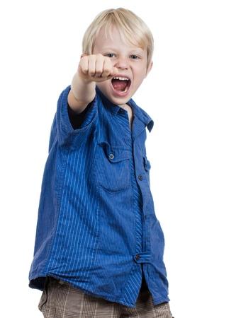 ni�os malos: Un muchacho joven enojado gritando de perforaci�n y Foto de archivo