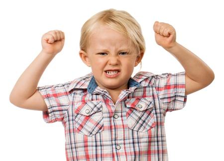 disordine: Un ragazzo frustrato e arrabbiato giovane con pugni alzati in aria e tirando un volto, isolato su bianco