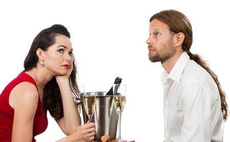Un aburrido pareja sobre una fecha Champagne contacto ocular evitando Aislado en blanco Foto de archivo