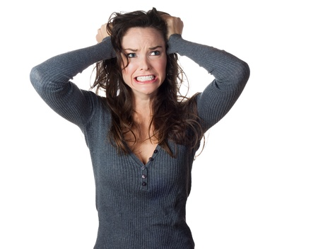 mujer enojada: Una mujer muy frustrado y enojado pullinh su pelo aislado en blanco Foto de archivo