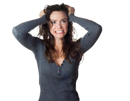 personne en colere: Une femme tr�s frustr� et en col�re pullinh ses cheveux Isol� sur fond blanc Banque d'images