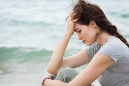 mirada triste: Primer plano de una mujer triste y deprimido profundamente en pensamiento al aire libre