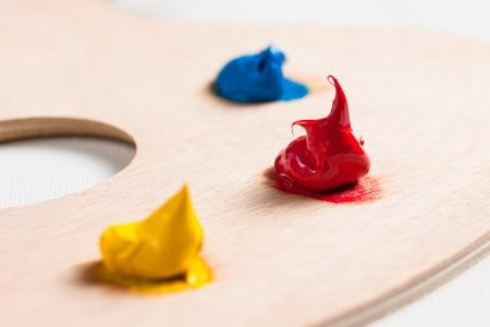 pallette: Trois couleurs de peinture acrylique sur une palette propre
