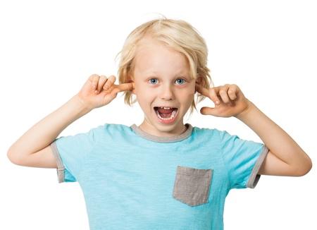 maliziosa: Un simpatico sfrontato ragazzo sorridente e attaccare le dita nelle orecchie isolato su bianco