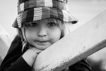 blonde yeux bleus: Un portrait en gros plan d'un garçon très mignon se penchant sur un visage.