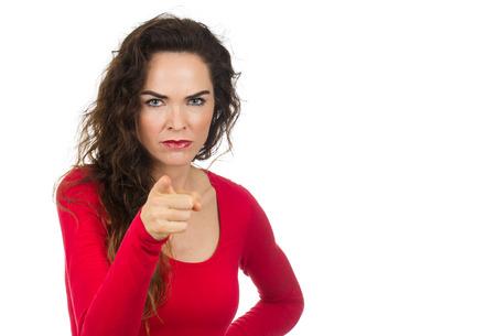 カメラに向かって指している、非常にイライラ怒ってい、イライラして女性。白で隔離。