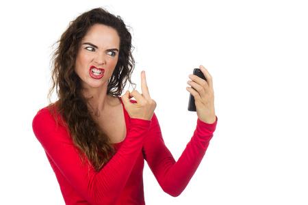gesto: Velmi rozzlobený, naštvaný a frustrovaný žena dává prst do telefonu vztekem. Izolovaných na bílém.