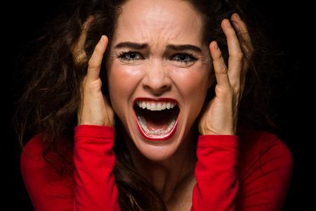 叫んで非常に怒っている、動揺、絶望的な女性のクローズ アップ 写真素材