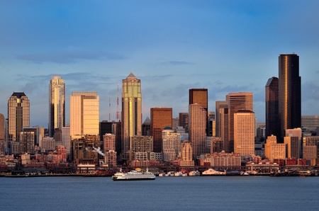 Seattle downtown waterfront skyline at dusk viewed from Hamilton park Banco de Imagens