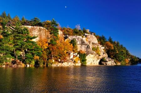 湖 Minnewaska にある岩。