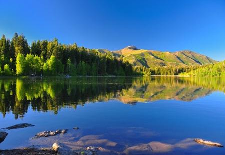 山や木々 が美しい反射ユタ州と穏やかな湖。 写真素材