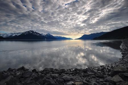 水の上を反映した、どんよりした空