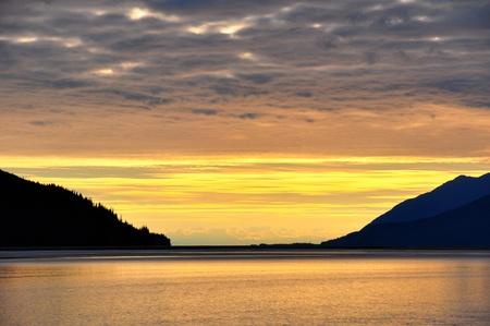 黄金の夕日と曇り空