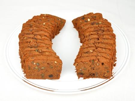 焼きたてのパーティーの大皿に梅ケーキのスライス 写真素材