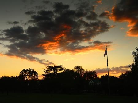 反対の雲を反映して夜のミステリー
