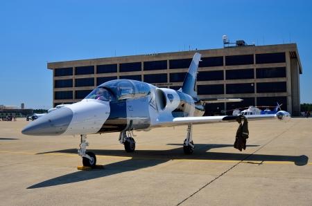 空気は駐機場にジェット戦闘機を表示