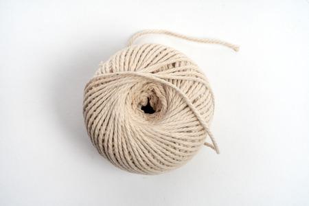 Ball aus Schnur, gewickelt, aufgerollt isoliert auf weiss. Standard-Bild