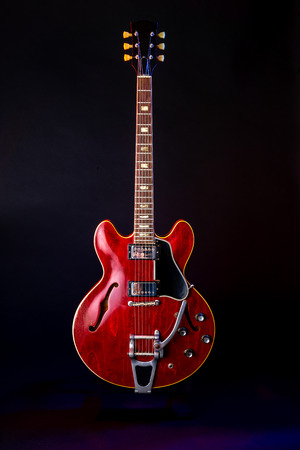 Vintage Electric Guitar, red, 6 String isolated on black 免版税图像 - 125226046