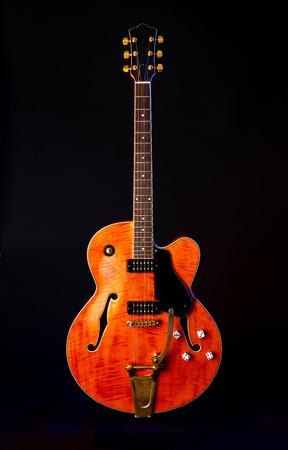 Guitare électrique vintage, érable flammé orange, 6 cordes isolées sur fond noir
