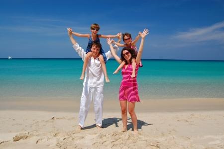 familia viaje: Vacaciones en la playa familiar Foto de archivo