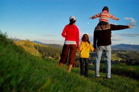 familia viaje: Familia de cuatro de sus vacaciones en las monta�as Foto de archivo